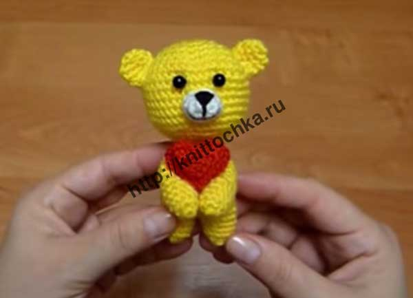 медвежонок с сердечком вязаный крючком