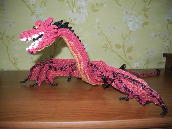 Плести из резинок дракончика