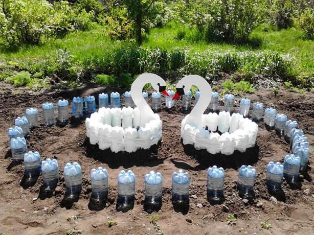 Клумба из пластиковых бутылок лебедь